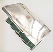 TIFFANY & Co   Coffret à bijoux en argent à incrustations de cuivre, comportant un plateau interieur amovible en velour vert d'eau.