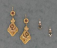 LOT comprenant :  une PAIRE DE PENDANTS D'OREILLES en or jaune amati 18K appliqués d'un entrelac de feuilles en or rose, agrémentés d'une pierre rouge.
