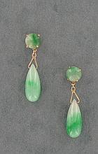 PAIRE DE PENDANTS D'OREILLES  formés de motifs de jade jadéite vert.