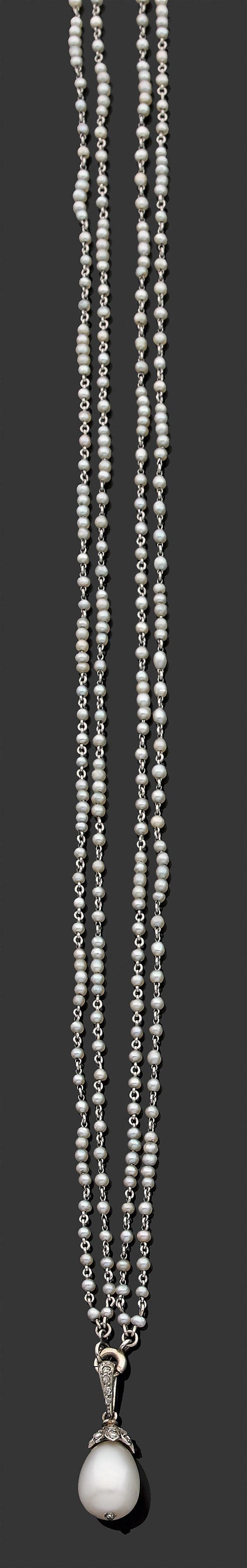 Rare collier de perles fines Il se compose d'une perle fine de forme poire à culot et bélière serties de diamants taillés en rose, u...