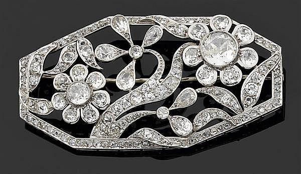 Broche en platine, de forme octogonale asymétrique à décor de fleurs et feuillages serti de diamants taille brillant (TA) en serti c...
