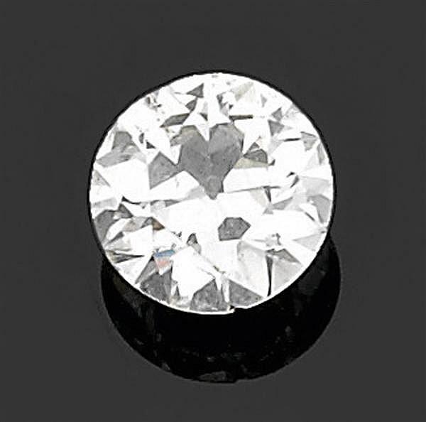 BAGUE diamant solitaire en or gris et petits diamants taille brillant, ornée au centre d'un diamant taille brillant. Poids brut : 11...