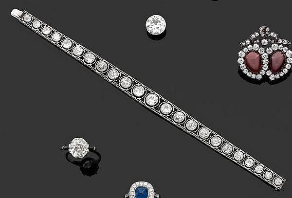 Bracelet ligne en platine, serti de vingt-trois diamants taille brillant (TA) en serti clos en chute. Fermoir en or gris. Travail de...
