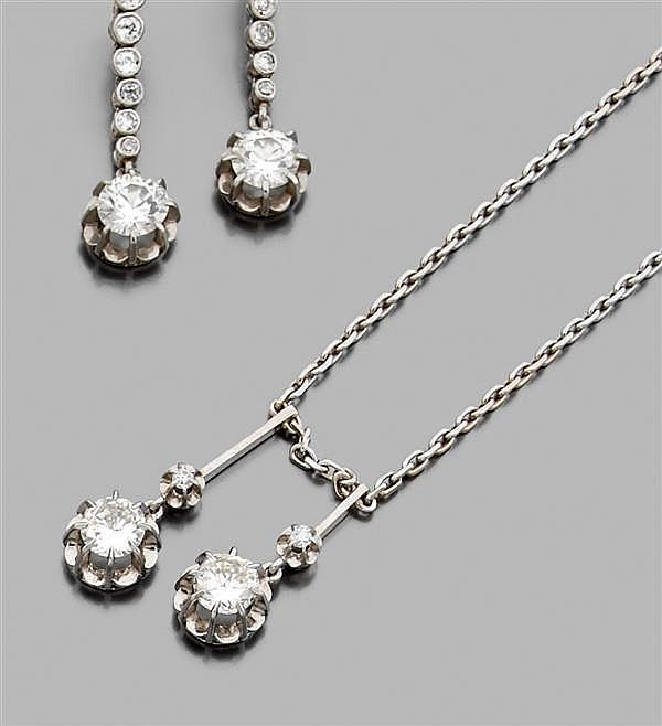 Collier en or gris, retenant deux diamants taille brillant. Poids brut : 10,9 gr. Longueur : 47,5 cm environ Poids des deux diamants...