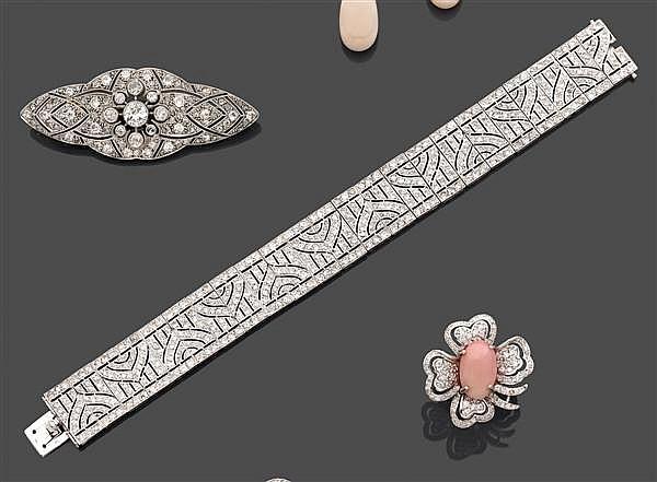 BRACELET ruban joaillerie en platine. Il est composé d'un décor géométrique finement repercé et pavé de diamants taille brillant. (r...