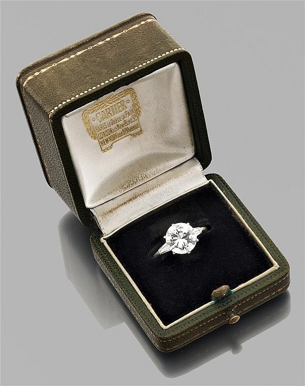CARTIER Importante Bague diamant solitaire en platine, ornée d'un diamant taille brillant encadré par deux diamants trapèze