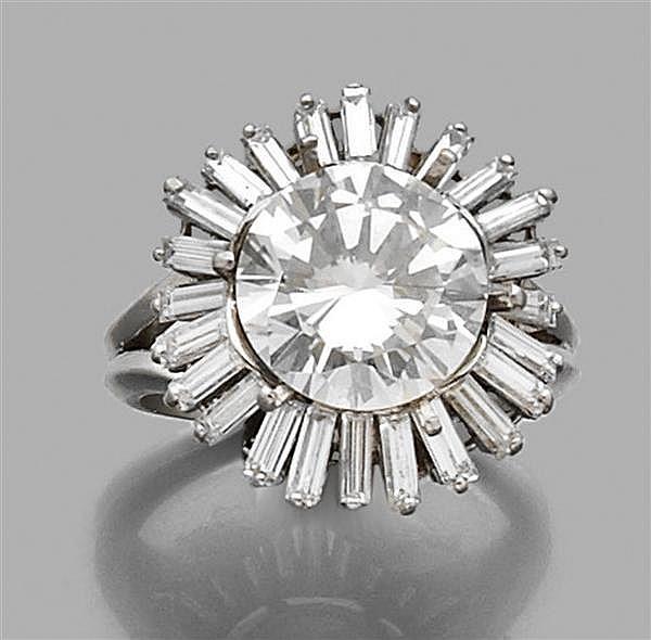 BOUCHERON Années 1960 Bague jupe diamant en platine, ornée au centre d'un diamant taille brillant dans un décor rayonnant de diamant...