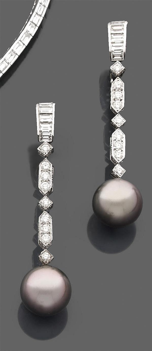 MAUBOUSSIN Paire de pendants d'oreilles en or gris, retenant une grosse perle de culture grise