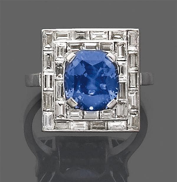 Bague saphir coussin en platine. Elle est ornée d'un saphir coussin dans un double entourage de diamants baguette. Travail français ...