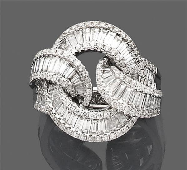 Bague nœud de ruban en or gris, ornée de diamants baguette calibrés encadrés de lignes de diamants taille brillant. Poids brut : 10,...