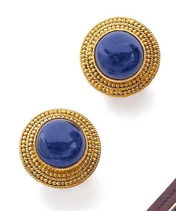 LALAOUNIS Paire de clips d'oreilles en or jaune. Ils se composent d'un cabochon de lapis-lazuli baigné dans un entourage de graineti...