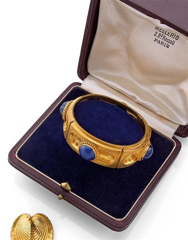 MELLERIO Années 1860 Bracelet rigide ouvrant en or jaune amati à décor de passementeries, rehaussé de cabochons de lapis lazuli. Tra...