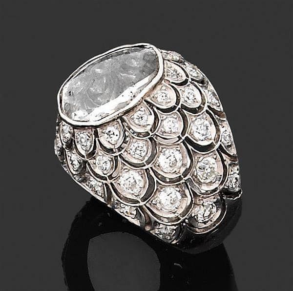 Suzanne BELPERRON Années 1955 Bague chevalière de dame ornée d'un grand diamant table de forme ovalisée en serti clos