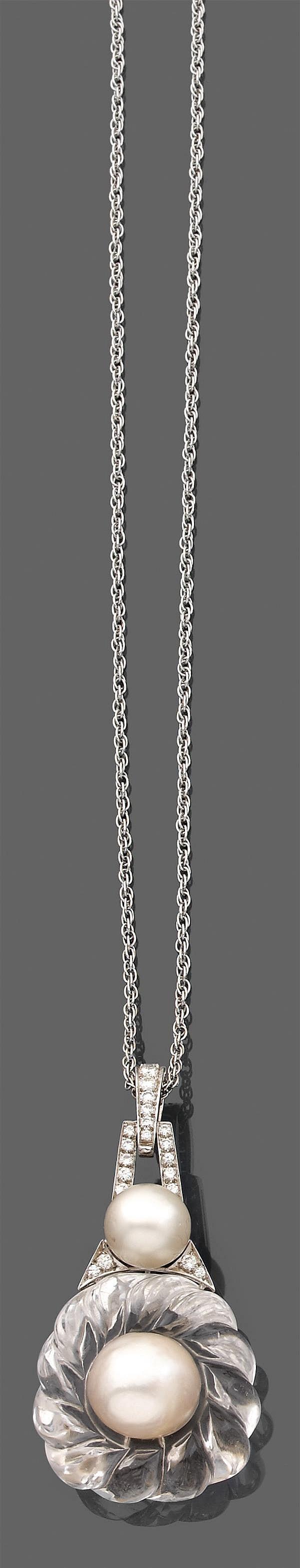 WEBB Années 1990 Pendentif en or gris 14K et platine. Il se compose d'un motif de cristal de roche godronné rehaussé de deux perles ...