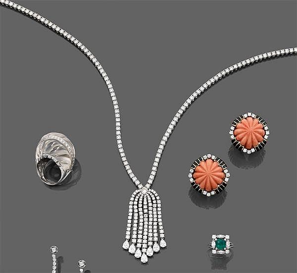 Collier rivière en or gris. Il comporte un pompon stylisé au centre entièrement serti de diamants taille brillant et terminés par se...