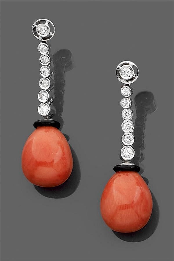 Paire de pendants d'oreilles en or gris, composée d'une poire de corail rouge bordée d'onyx et retenue par une chenille sertie de di...