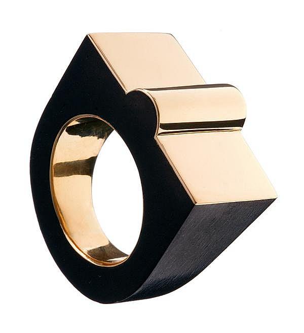 BENEDIKT VON LEPEL BAGUE TANK En or jaune et bois d'ébène, l'interieur de l'anneau en or jaune. Monogrammée BVL. Poids brut : 8,9 g ...