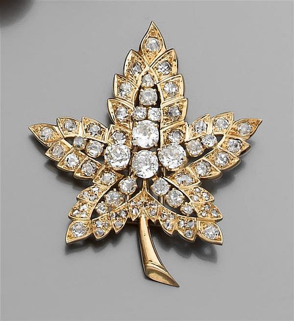 """René BOIVIN Année 1948 Clip """"feuille d'érable"""" en or jaune, sertie de diamants taille brillant (TA) en chatons à griffes et serti à ..."""