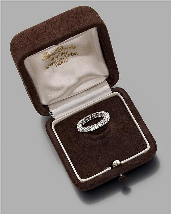 RENé BOIVIN Année 1969 Alliance en or gris, sertie d'une ligne de diamants taille brillant montés en chatons à griffes. Dans son écr...