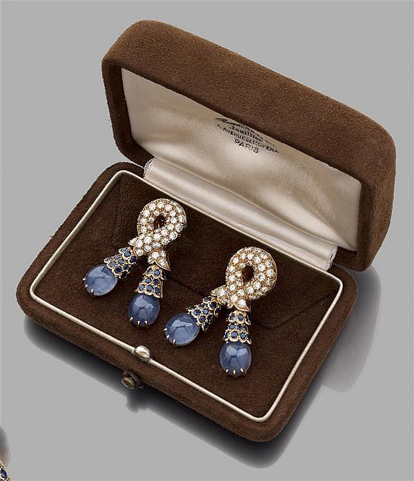 """RENé BOIVIN Année 1955 Paire de clips d'oreilles """"nœud de passementerie"""" en or jaune, en forme de lien pavé de diamants taille brill..."""