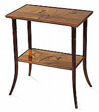 Émile GALLÉ (1846-1904) Table rectangulaire à double plateau, piétement en noyer fortement cambré à la base et bagué en ceinture, le...