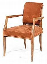 Alfred PORTENEUVE (1896-1949) Grand élégant fauteuil en noyer, piétement avant fuselé et galbé méplat, piétement arrière sabre, doss...