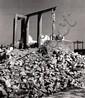 Besnyö, Eva1910 Budapest - 2003 Laren (NL)Rotterdam nach dem Bombardement. Mai 1940. Gelatinesilberabzug. Agfa-Brovira. Unikater Abzug 1950er Jahre. 27,6 x 23,7cm Rückseitig mit blauer Tinte von fremder Hand beschriftet. Leichte