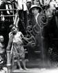 Weegee (Arthur H. Fellig)1899 Ztoczew/Österreich - 1968 New YorkOhne Titel. 1940er Jahre. Vintage. Gelatinesilberabzug. Passepartout. 33,9 x 27,2cm (35,6 x 28,6cm). Rückseitig Atelierstempel des Photographen. Gebrauchsspuren. Provenienz: Hendrik