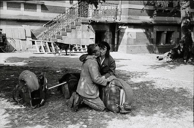 Cartier-Bresson, Henri1908 Chanteloup-en-Brie - 2004 ParisOhne Titel (2. Weltkrieg). Frankreich 1944. Gelatinesilberabzug von 1970. Passepartout. 16,4 x 24,7cm Rückseitig Atelierstempel des Photographen. Zudem ein Agentur- und zwei Sammlungsstempel.