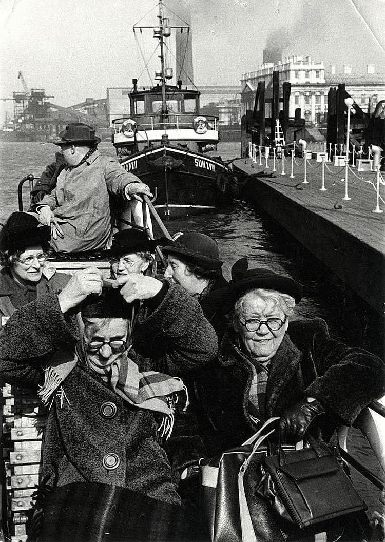 Cartier-Bresson, Henri1908 Chanteloup-en-Brie - 2004 ParisOhne Titel. London 1953. Vintage. Gelatinesilberabzug. 25 x 17,7cm Rückseitig Copyrightstempel des Photographen. Mit blauem Kugelschreiber Ortsangabe und datiert. Sammlungsstempel. Bildecken