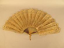 EVENTAIL à 15 feuilles en peau et corne de buffle décorées de marionettes du théâtre d'ombre.