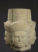 TETE de Brahma tricéphale coiffée d'un diadème surmonté d'une haute tiare mukuta.