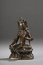 MANJURI assis en délassement sur un socle lotiforme paré de joyaux et coiffé d'une couronne à pétales, les deux mains en varada et virtaka mudra.