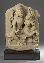 STELE Uma Maheshvara, le couple divin Shiva et Parvati assis tendrement enlacés symbolisant l'amour, Shiva à quatre bras, coiffé du chignon d'ascète et sa shakti Parvati figurée nue tenant son époux par l'épaule.