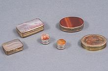 Lot  de six BOITES piluliers de forme ovale, ronde ou rectangulaire à montures de laiton doré. Toutes ornées d'agate et pierres dures. Epoque XIX° siècle. (Accident à l'une).