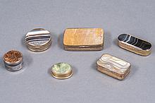 Lot de six BOITES de forme rectangulaire, ronde ou ovale, les montures en argent et en laiton doré ornées d'agates et pierres dures. Epoque XIX° siècle.