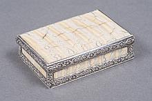 BOITE à charnière de forme rectangulaire à monture en argent ciselé de motifs de fleurettes. Toutes les faces ornées de plaques d'os fossile. Epoque XIX° siècle. 2x7x5cm. Pb 94g.