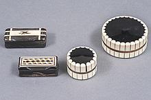 Lot de six BOITES dont quatre en corne marquetée de plaques en os. On y joint deux boites, la première de forme ronde à couvercle en bakélite à décor gravé de motifs floraux (petits accidents), la seconde en bois noirci, la monture à