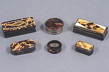 Lot de six BOITES dont 4 à charnière de forme rectangulaire et 2 à couvercles de forme circulaire en corne et écailles dont certaines marquetées d'os et d'ivoire. Epoque XIX° siècle.