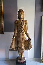 Birmanie, XX° siècle. Grande STATUE représentant Bouddah en bois doré garni d'incrustations de verre. H 1,78m. Sur un socle de bois.