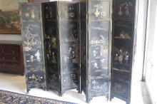 PARAVENT à 6 feuilles en laque noire à décor de motifs de pierres dures. Chine, XX° siècle. 183x40,5x6cm.
