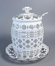 BOL à punch en forme de tonnelet et son présentoir en verre doublé d'émail blanc taillé à motifs quadrilobés, pontils, filets et navettes. Haut. Totale