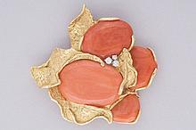 BROCHE de marque ALDEBERT Paris, designer Julia PLANA, en or jaune 18 cts sertie de 4 cabochons de corail dans un entourage de feuillage en or avec 3 petits diamants. Pb 35,9 g.  Expert Mme Hélène  FOUTERMAN.