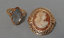 Lot composé d'une BAGUE avec pierre fantaisie et d'un CAMEE en or jaune 18 cts. Pb 8g