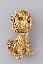 BROCHE en or jaune 18 cts, motif chien, son collier serti de brillants, les yeux cabochons émeraude. Pb 26,5 g.