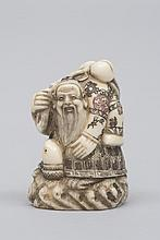 JAPON (XX°). NETSUKE en ivoire sculpté représentant un vieux sage voguant sur sa tortue marine. H 4,8cm