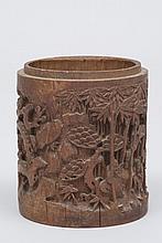CHINE (XX°). POT à PINCEAUX en ivoire sculpté à décor d'une chaumière près d'un arbre fleuri. Socle en bois  H 11,5cm