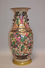 CHINE (XIX°). VASE en porcelaine de Nankin à décor peint polychrome d'une scène guerrière. Base cerclée de bronze. Percé pour être monté à l'électricité H 47cm