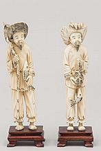 CHINE (XX°). Paire de SUJETS en ivoire sculpté représentant deux pêcheurs tenant leurs prises. Socles en bois vernis H 18cm