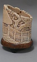 CHINE (XIX°). POT en bambou sculpté orné de personnages travaillés en relief.  H 15cm diamètre 12,5cm (petits accidents et couvercle manquant)